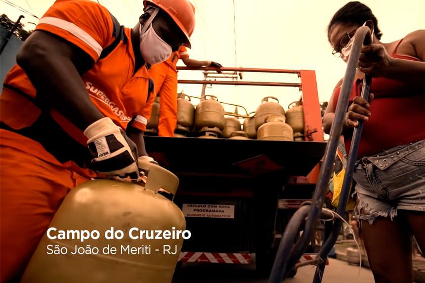 Entregador de gas e cliente recebendo